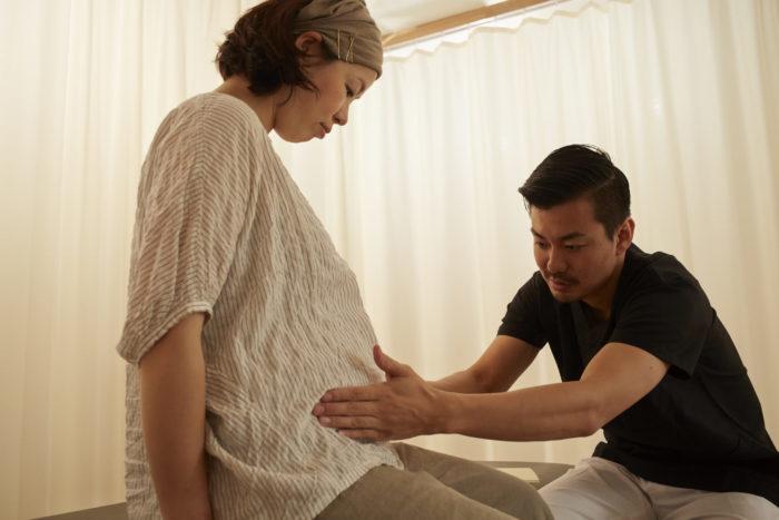 妊娠中の恥骨痛の原因と治療